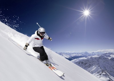 laerchenhof-skigenuss-kitzbueheler-alpen-skifahrer